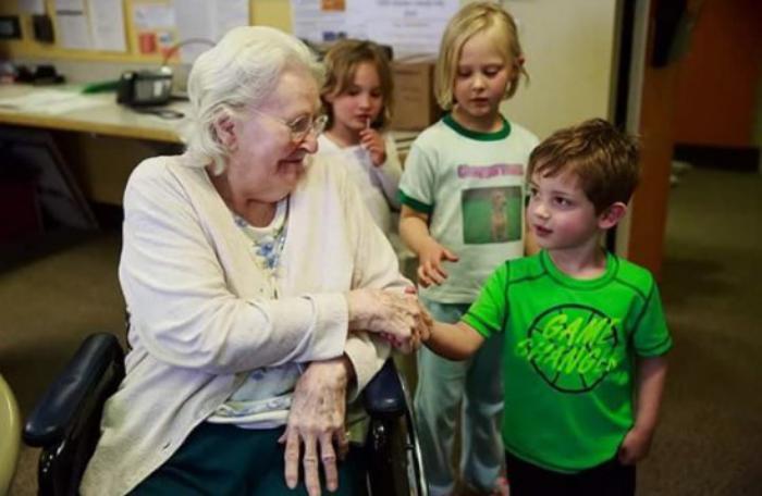 Egyedülálló ötlet a kanadai idősek otthonában: egybevonva az árvaházzal